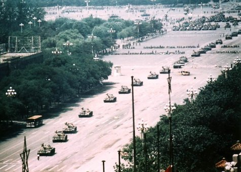 a everyone-knows-the-photo-of-tankman-stopping-tanks-but-this-the-real-photo-s800x571-437607-1020